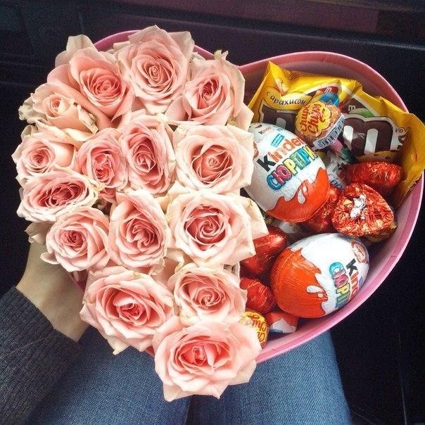 Коробка с киндерами и цветами своими руками